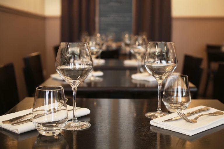 Découvrez l'atmosphère de simplicité authentique du Radis Beurre, restaurant à Paris.,